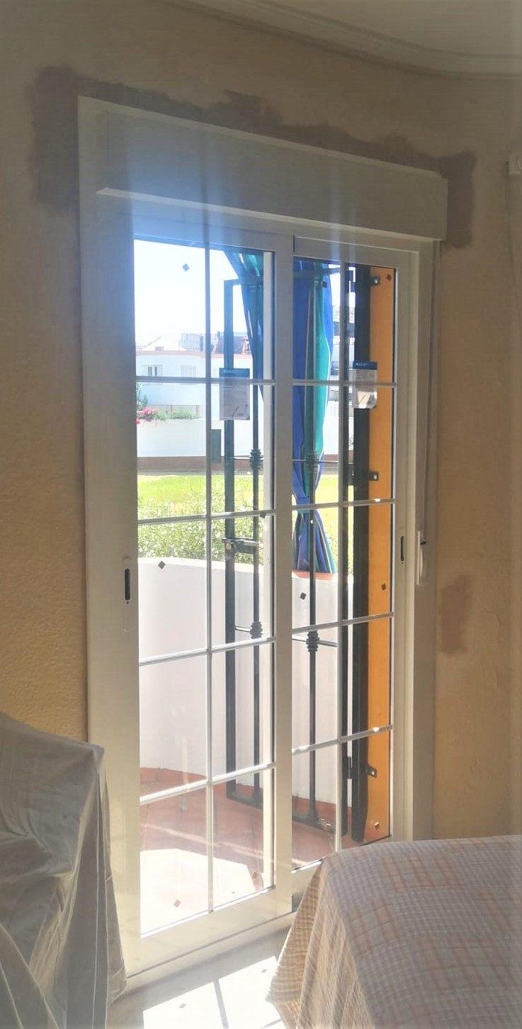 Balconera de aluminio con dos hojas correderas despues